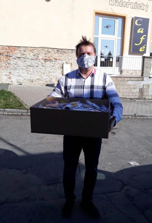 Městys Všeruby se zapojil do pomoci s výrobou roušek